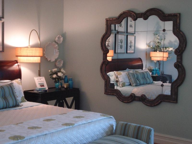 Cách sắp xếp bàn trang điểm trong phòng ngủ là không để gương chiếu vào thẳng vào giường