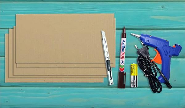 Cắt bìa carton thành nhiều tấm nhỏ - Cách làm tủ bằng thùng giấy