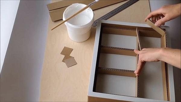 Ghép bìa giấy rồi dùng keo dán lại - Hướng dẫn làm tủ đựng đồ bằng thùng giấy
