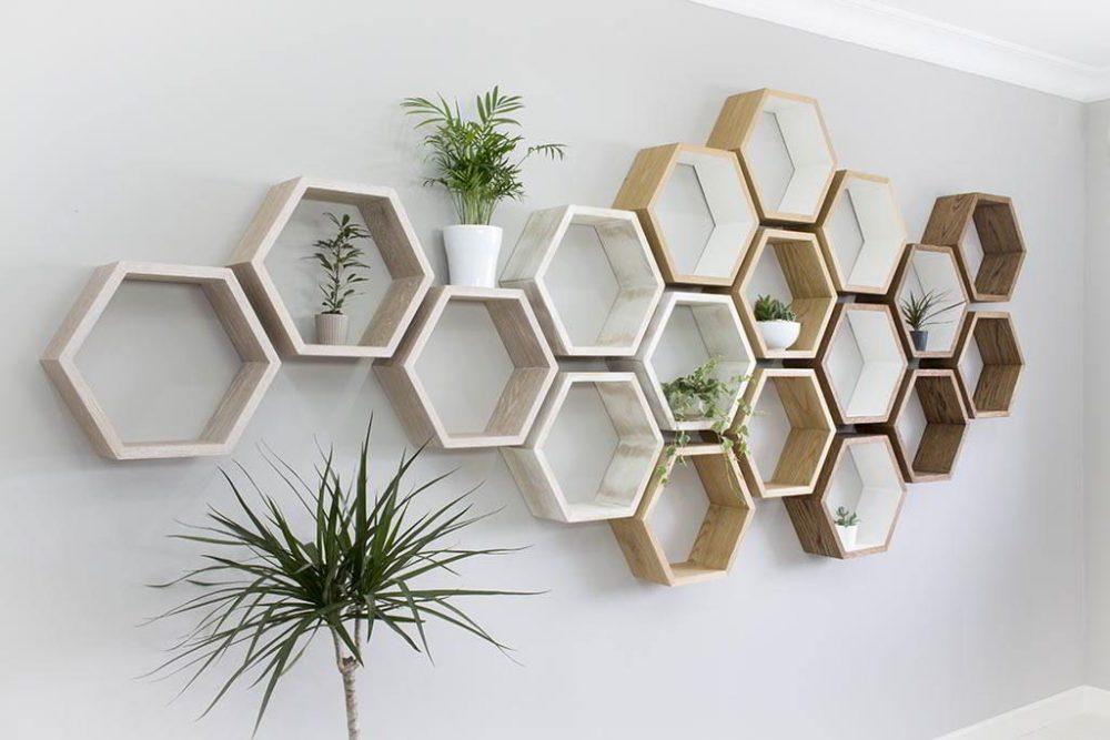 Kệ gỗ trang trí phòng khách đẹp hình lục giác