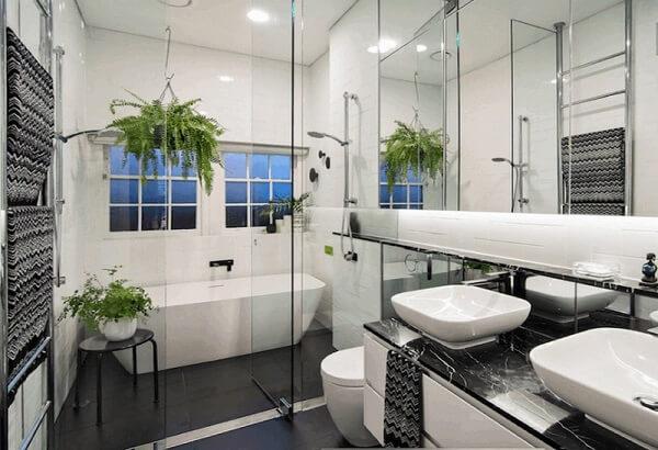 Nhà vệ sinh nhỏ tươi đẹp với cây xanh