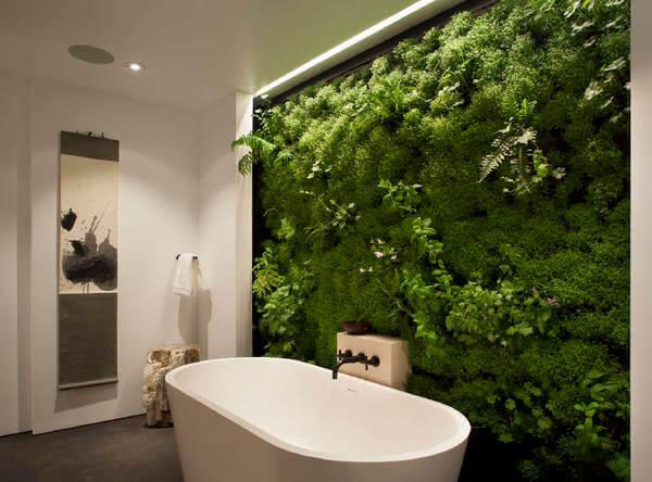 Nhà vệ sinh xanh với tường cỏ