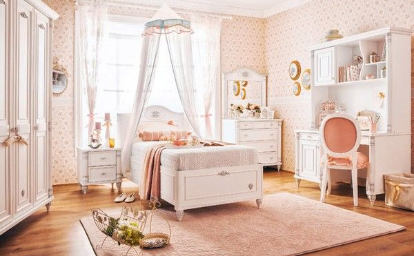 Phòng ngủ với giấy dán tường hoa văn họa tiết hồng phấn