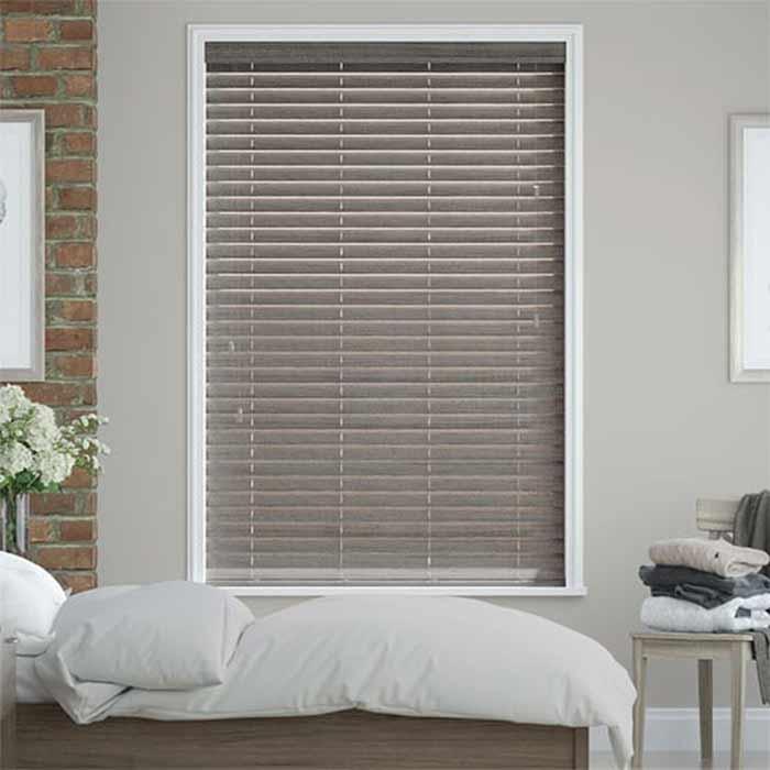 Rèm gỗ màu xám cho cửa sổ phòng ngủ