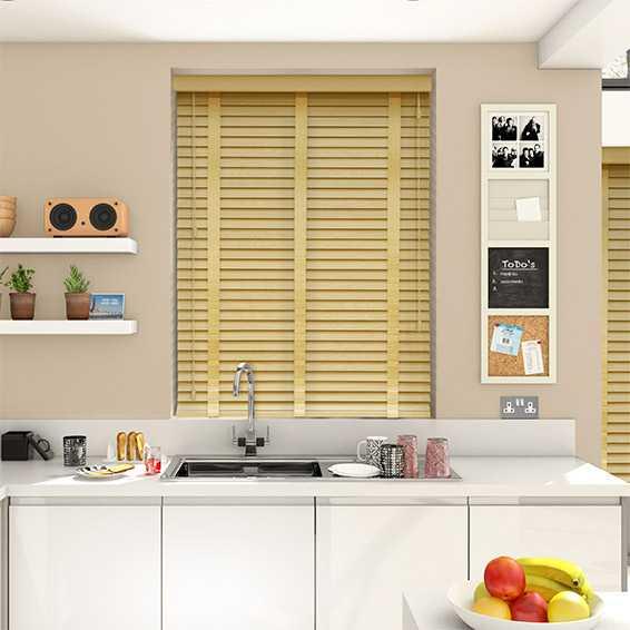 Rèm gỗ màu sáng cho cửa sổ bếp