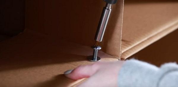 Sử dụng đinh, vít cố định thùng carton - Cách đóng kệ để giày bằng giấy