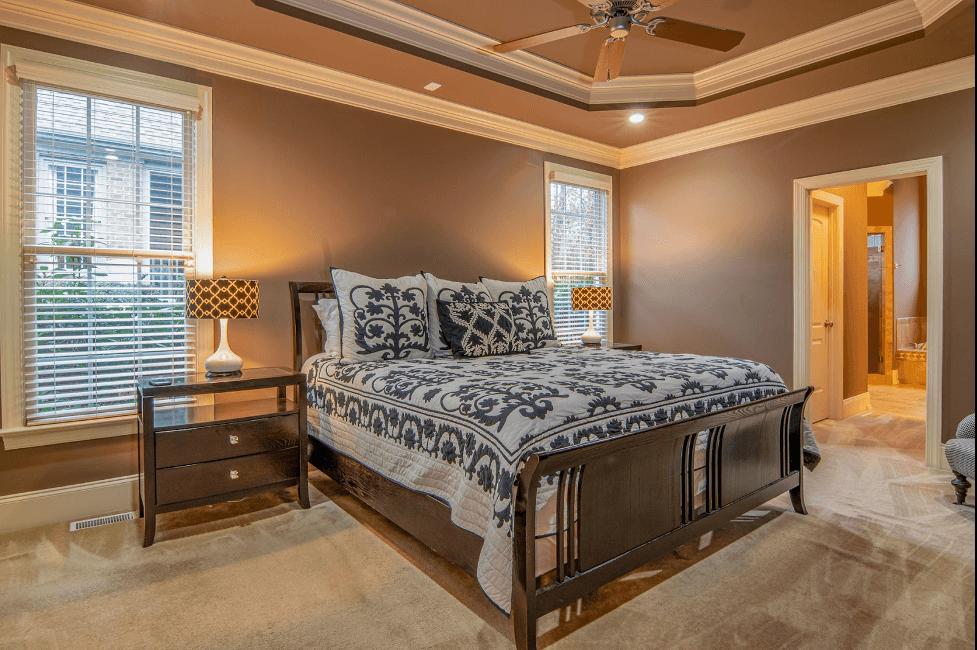 Ánh sáng vàng mang đến ánh sự ấm áp lãng mạn cho căn phòng ngủ